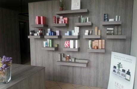 Arredamenti per negozi scaffali per negozi pannelli for Arredamento estetica