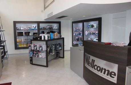 Arredamenti per negozi scaffali per negozi pannelli for Aziende arredamento