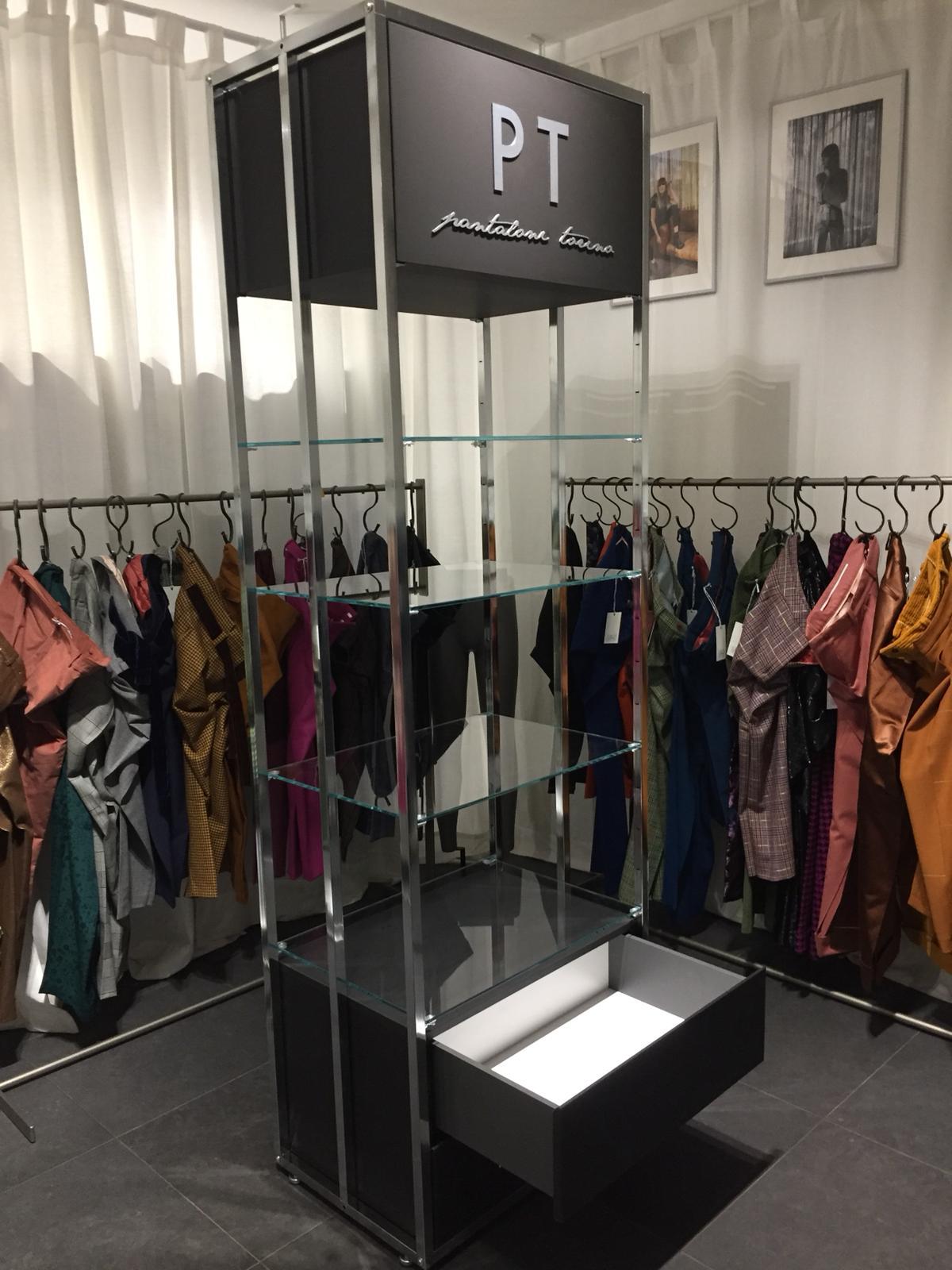 Arredamento negozio abbigliamento arredo negozio pantaloni for Negozi arredamento