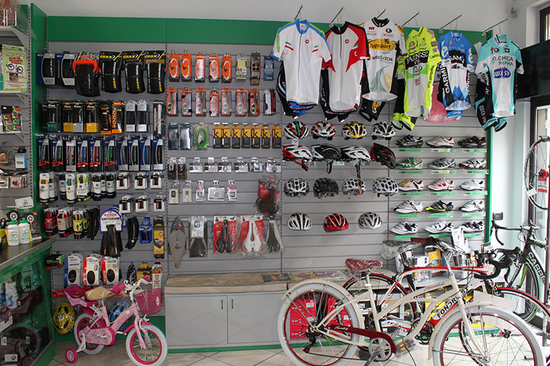 Arredamento negozio biciclette Saronno, arredo negozio bici.