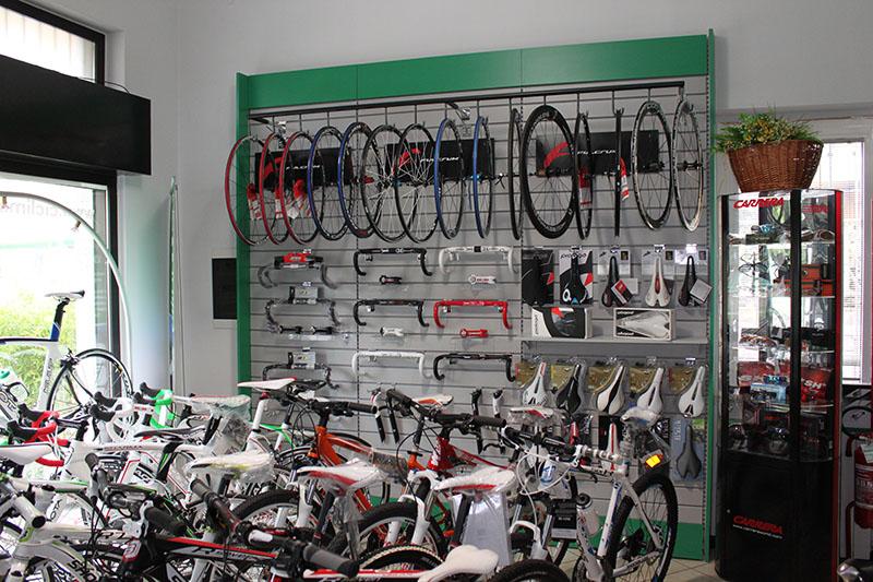 Arredamento negozio biciclette saronno arredo negozio bici for Bossi saronno arredamento