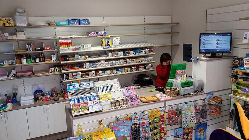 Arredamento tabaccheria torino arredo negozio sigarette for Arredamento tabaccheria prezzi