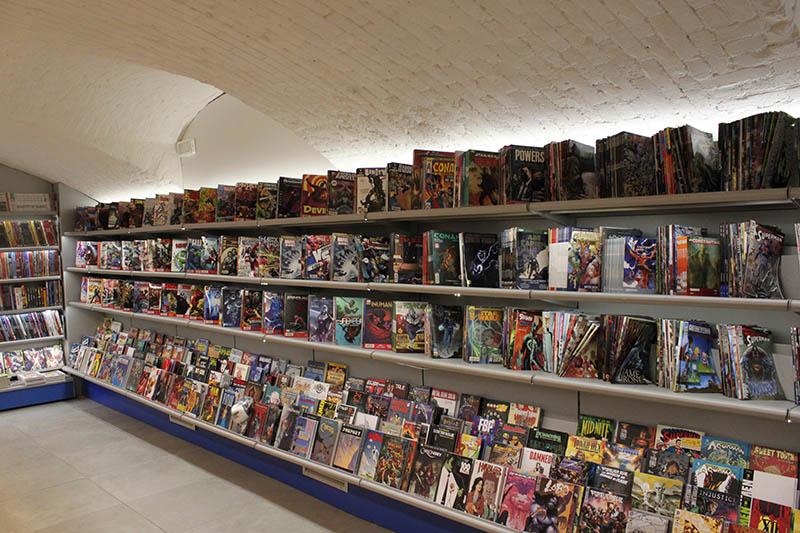 Arredo negozio fumetti arredo fumetteria scaffali per for Arredamento lodi
