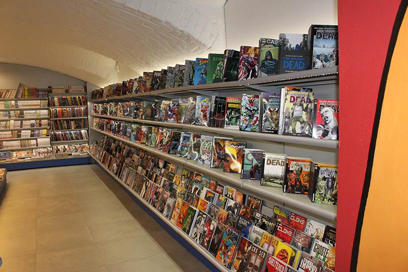 Arredo negozio fumetti, arredo fumetteria, scaffali per ...