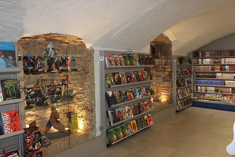 Arredo negozio fumetti arredo fumetteria scaffali per for Showroom milano arredamento