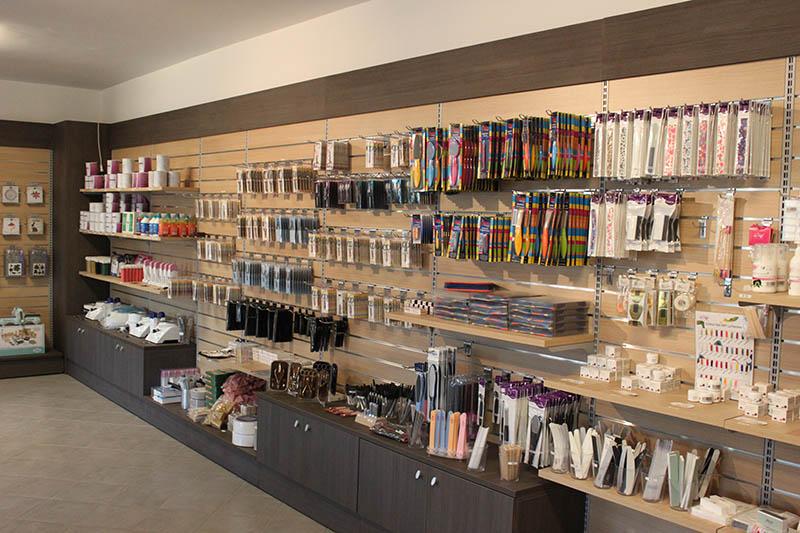 Arredamento negozio di articoli per parrucchieri milano for Arredamento negozi milano