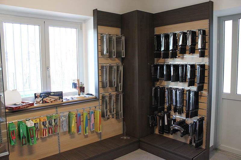 Arredamento negozio di articoli per parrucchieri milano for Arredamento per parrucchieri