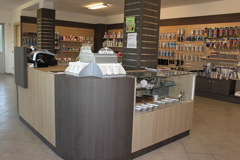 Arredamento negozio di articoli per parrucchieri milano for Negozi arredamento milano e provincia