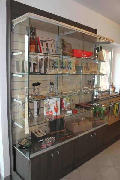 Arredamento negozio di articoli per parrucchieri milano for Arredamento vetrine