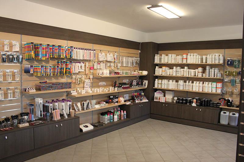Arredamento negozio di articoli per parrucchieri milano for Negozi arredamento torino