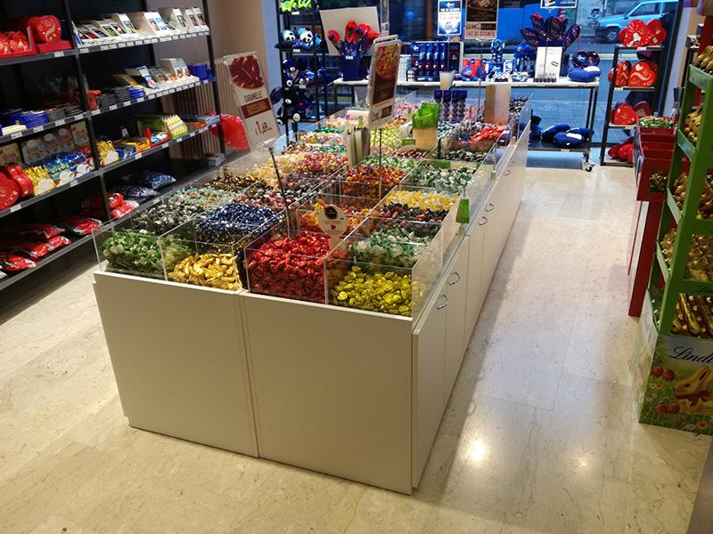 Arredo negozio caramelle arredo negozio dolci contenitori for Negozi arredamento brianza