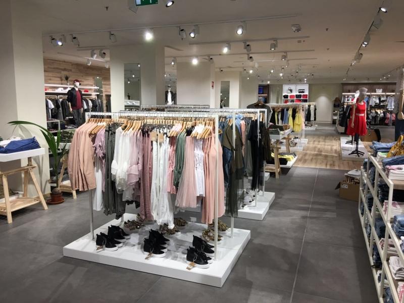 Arredamento negozio abbigliamento Milano 46ebd3bf4cb