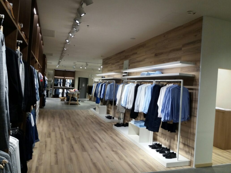Arredamento negozio abbigliamento milano for Arredamento negozi milano