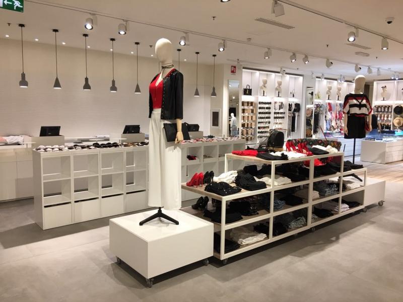 Top allestimento negozio di abbigliamento cv54 pineglen for Negozi design online