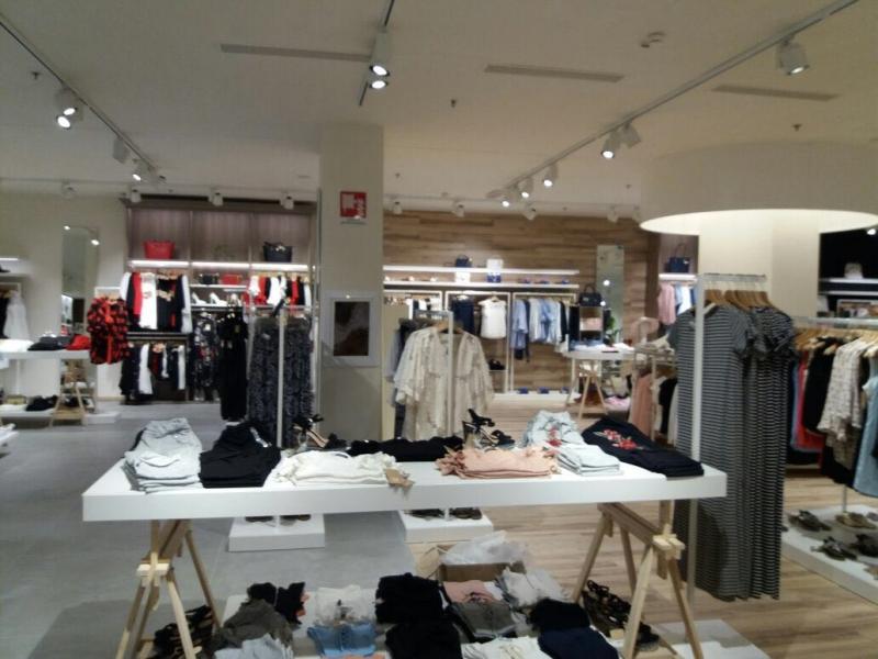 Arredamento negozio abbigliamento torino for Subito torino arredamenti