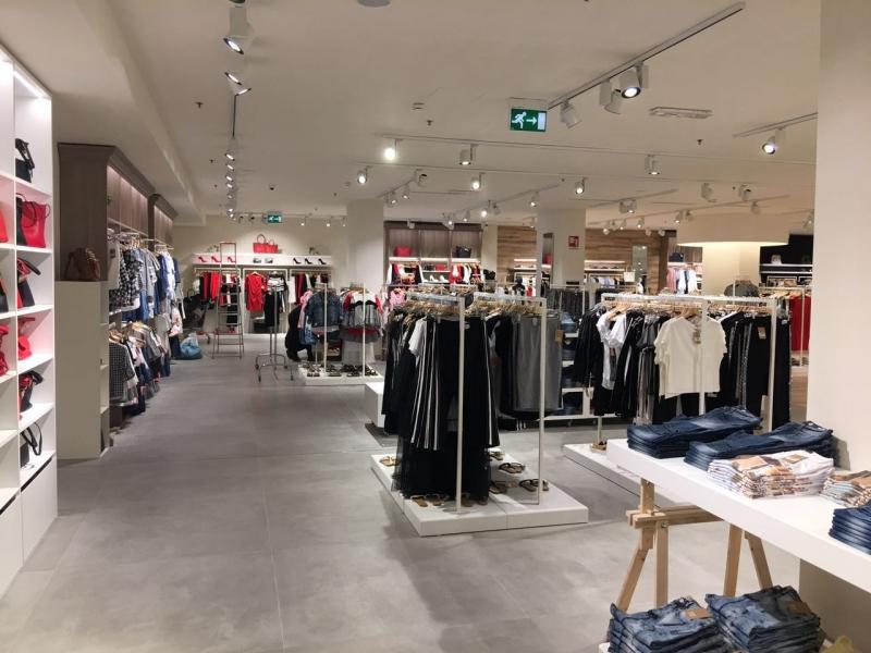 Arredamento negozio abbigliamento torino for Torino arredamento