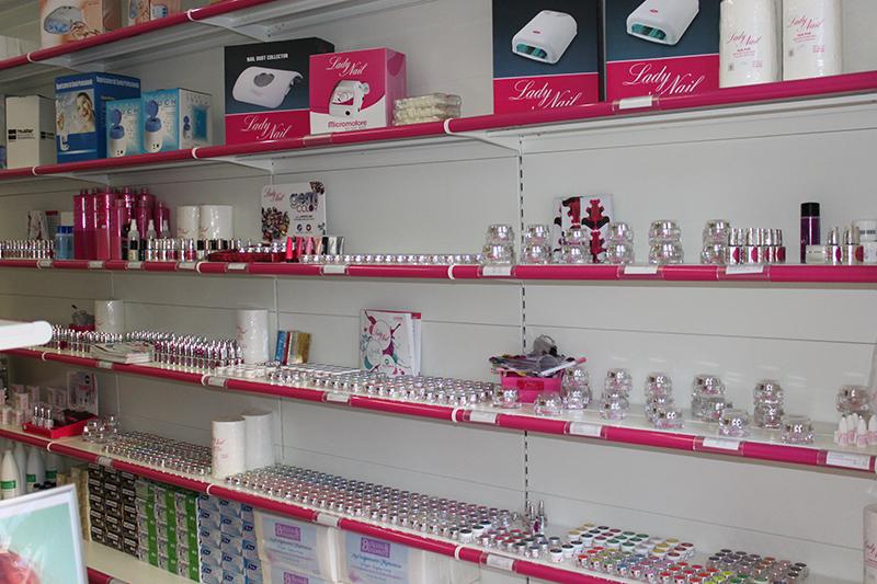 Arredamento negozio di articoli per estetica milano for Arredamento per estetica
