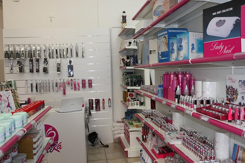 Arredamento negozio di articoli per estetica milano for Arredamento estetica