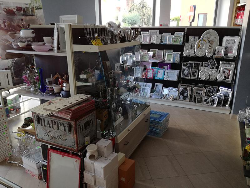 Arredamento negozio di casalinghi arredo negozio articoli for Negozi arredamento monza