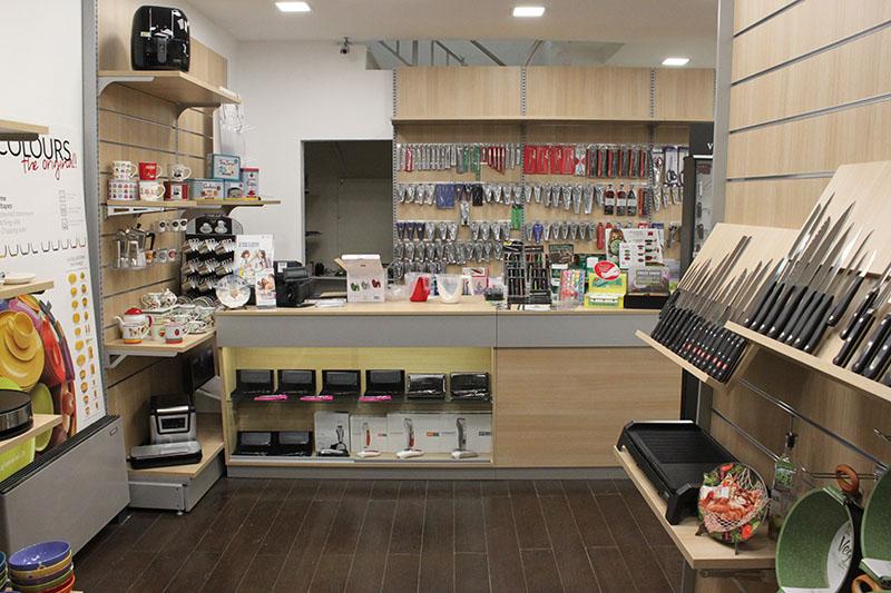 Arredamento negozio di casalinghi arredo negozio articoli for Arredamento per negozi torino