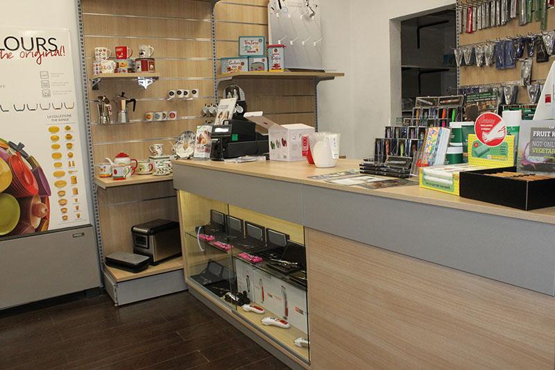 Arredamento negozi casalinghi coltelleria for Negozi arredamento bologna