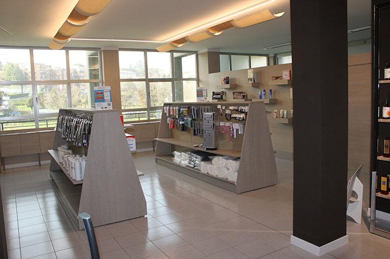 Arredo negozio arredamento negozio articoli per parrucchiere for Negozi arredamento