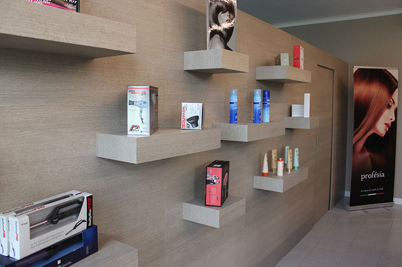 Arredo negozio arredamento negozio articoli per parrucchiere for Arredamento parrucchieri ikea