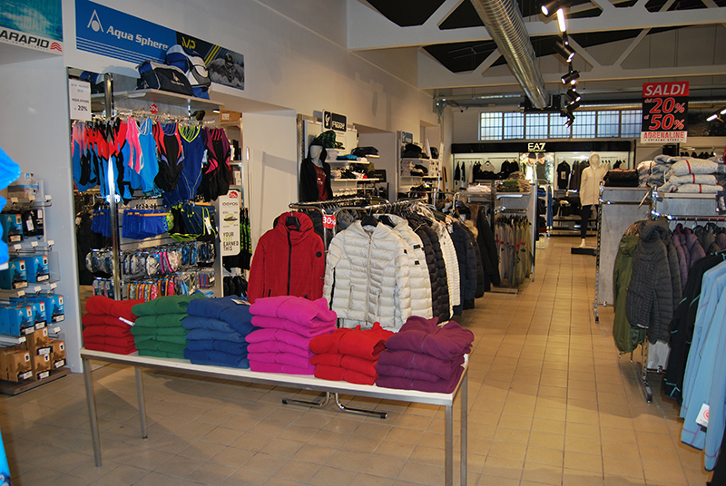 Arredamento negozio abbigliamento negozio articoli sportivi for Negozi arredamento brianza