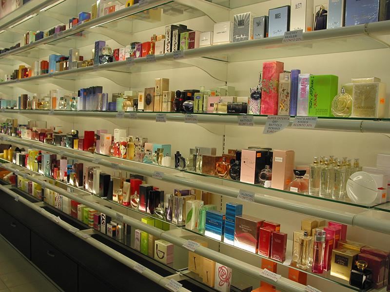 Arredamento negozio profumeria messina for Arredamento profumeria
