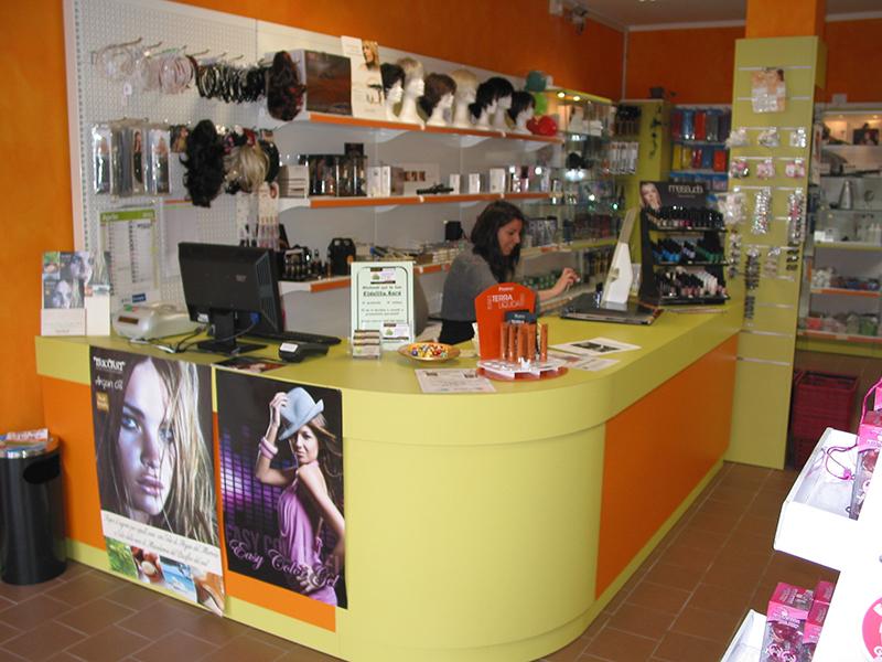 Arredo negozio articoli per parrucchieri monza brianza for Negozi arredamento brianza