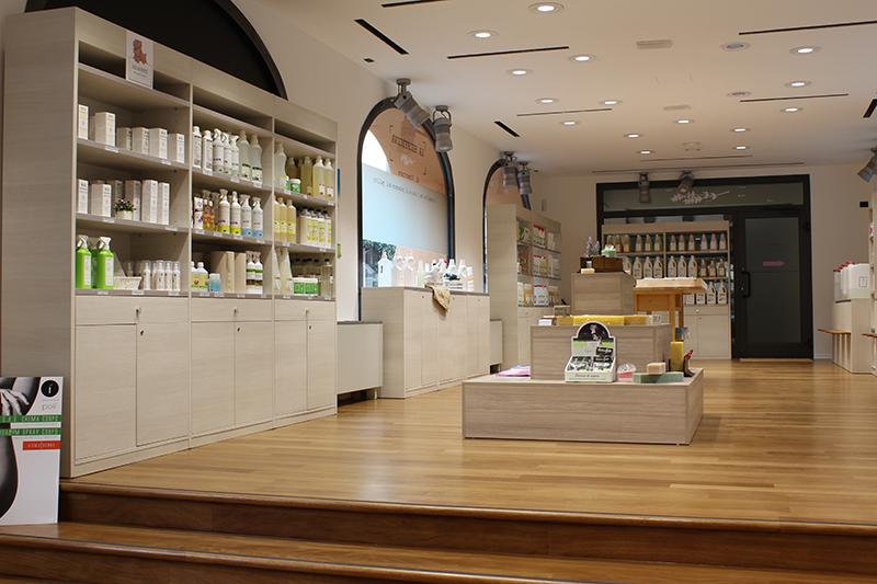Arredamento negozio di cosmetici e pulizia bio for Vendita pallet per arredamento