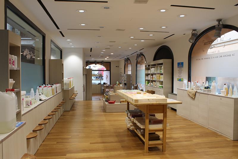 Arredamento negozio di cosmetici e pulizia bio for Prisma arredo negozi