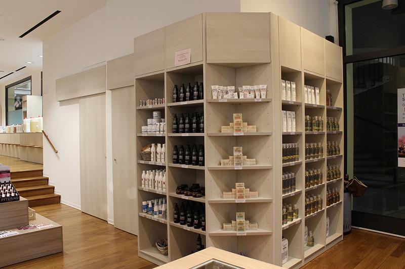 Arredamento negozio di cosmetici e pulizia bio for Arredo profumeria