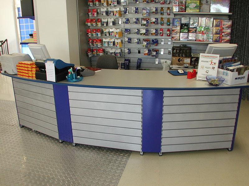 Arredamento negozio informatica arredo negozio informatica for Arredamento negozi informatica