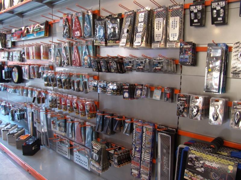 Arredamento negozio accessori auto arredo negozio for Arredamento accessori