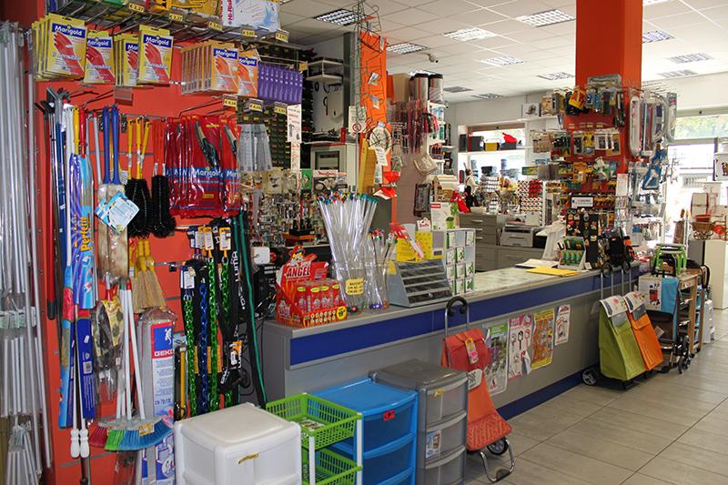 Outlet Dell Arredamento Torino.Arredamento Negozio Colorificio Arredo Negozio Colorificio