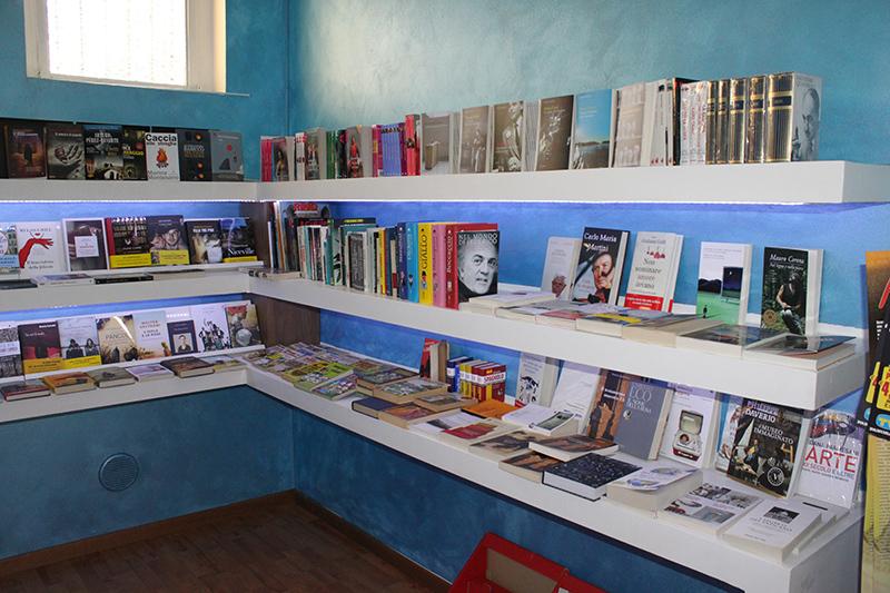 Arredamento negozio cartoleria arredo negozio libreria for Arredamento per cartoleria