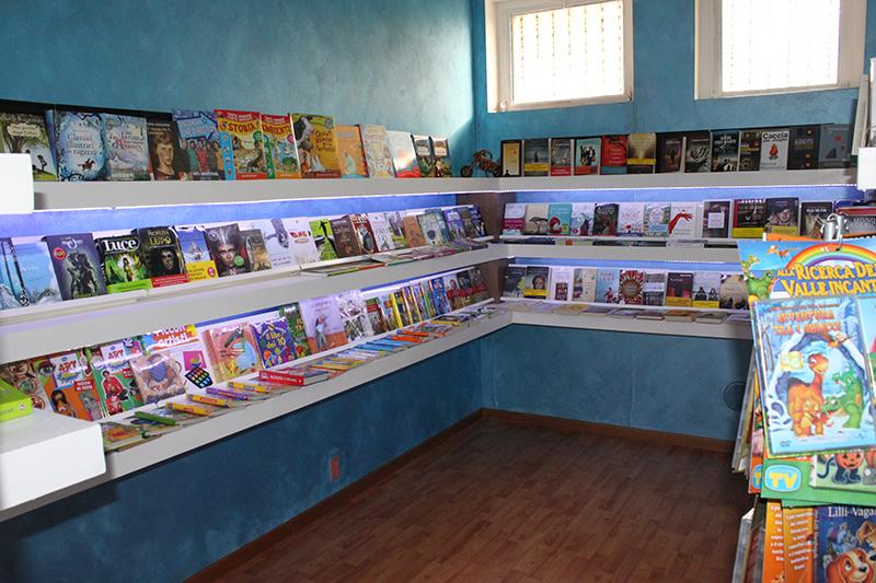 Arredamento negozio cartoleria arredo negozio libreria for Arredamenti varese e provincia
