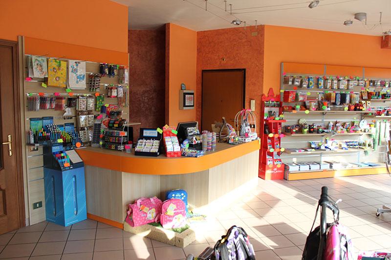 Arredamento negozio cartoleria arredo negozio cartoleria for Negozi arredamento bergamo