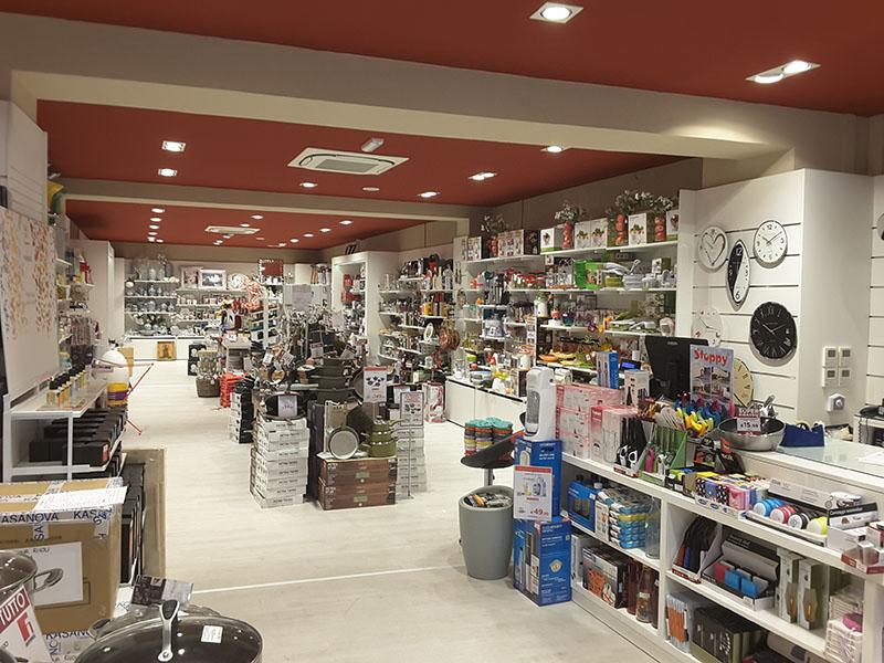 Arredamenti per negozi scaffali per negozi pannelli for Negozi tavoli milano