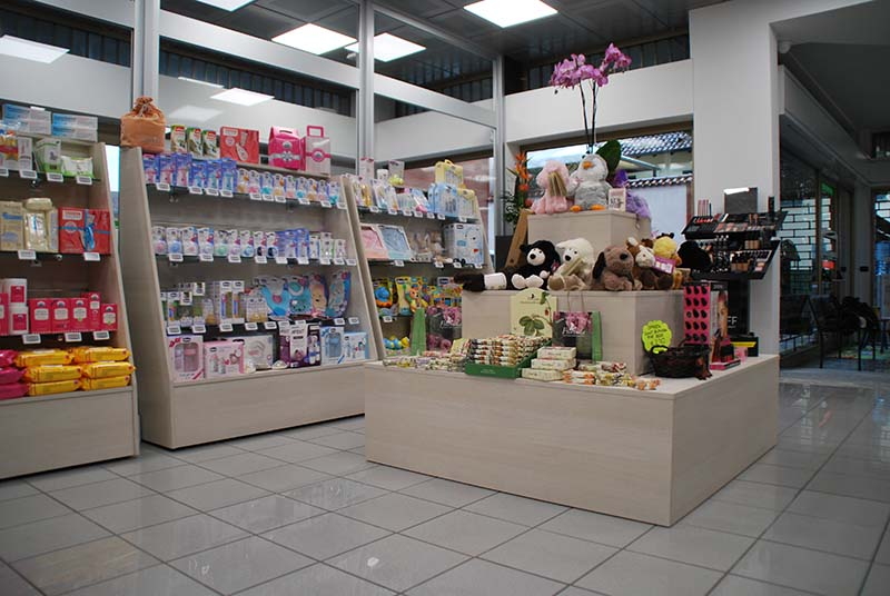 Arredamento negozio farmacia arredo farmacia for Arredamenti varese e provincia