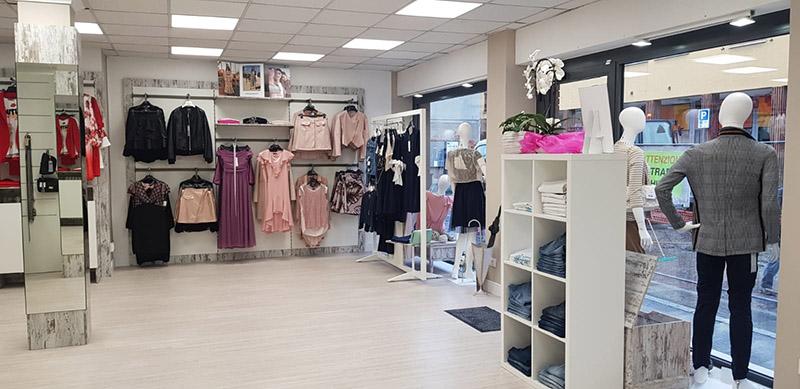 Arredamento negozio abbigliamento arredo negozi vestiti for Cubi in legno arredamento