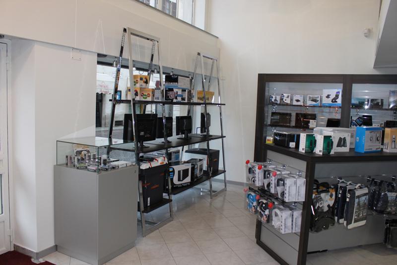 Arredamento per negozi di informatica arredo negozio computer for Negozi arredamento reggio emilia