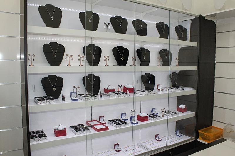 Arredamento per gioiellerie for Arredamento vetrine