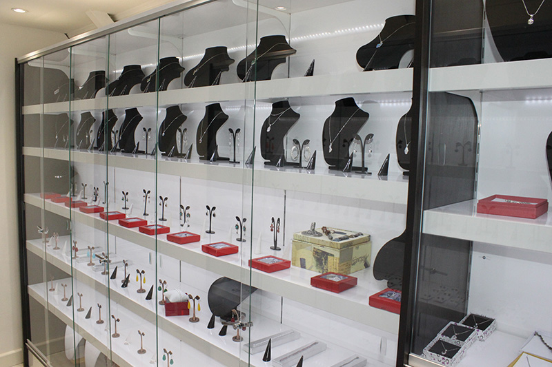 Arredamento negozio gioielli arredo gioielleria milano for Arredamento vetrine