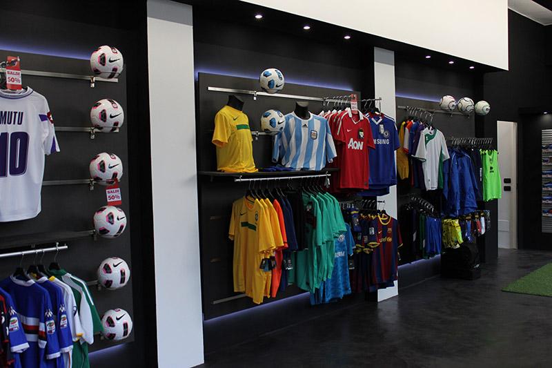 Arredamento negozio abbigliamento sportivo Milano, arredo sporivo