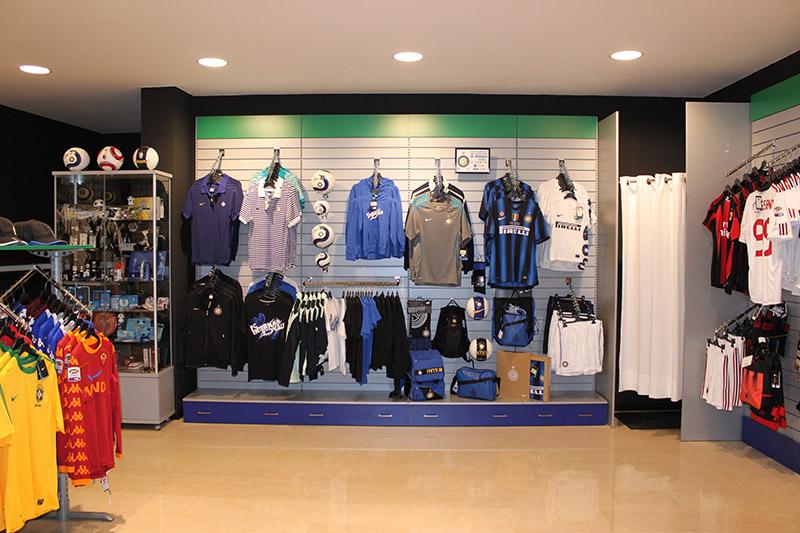 Arredamento negozio abbigliamento sportivo milano arredo for Arredamento negozi milano