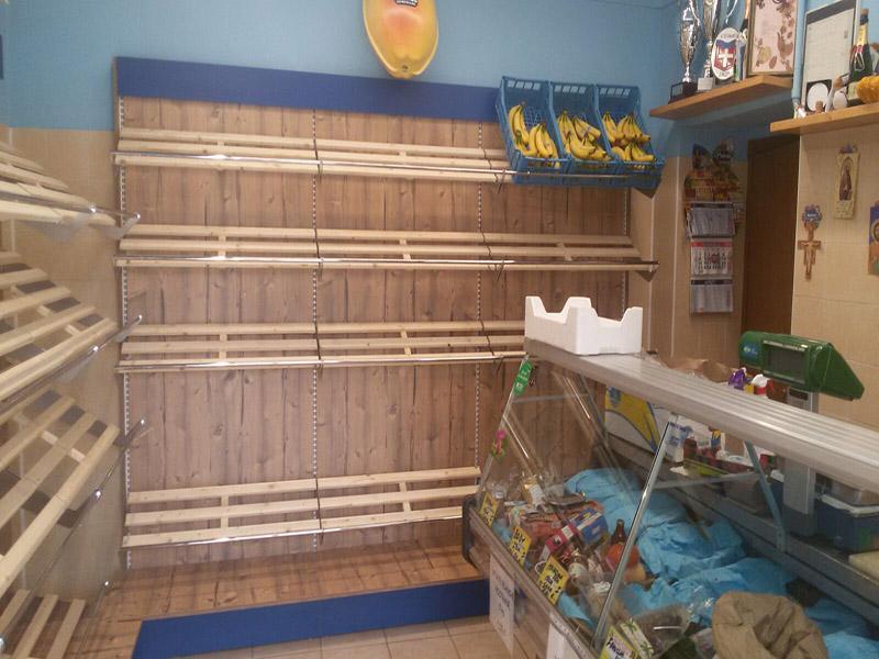 Arredamento ortofrutta como arredo negozio alimentari for Scaffali in legno grezzo