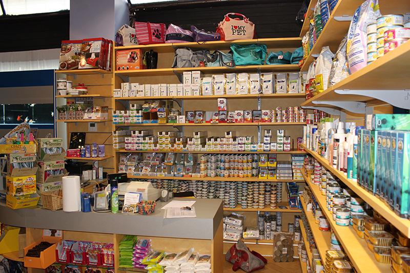 Arredamento negozio per animali pet shop for Scaffali legno arredamento