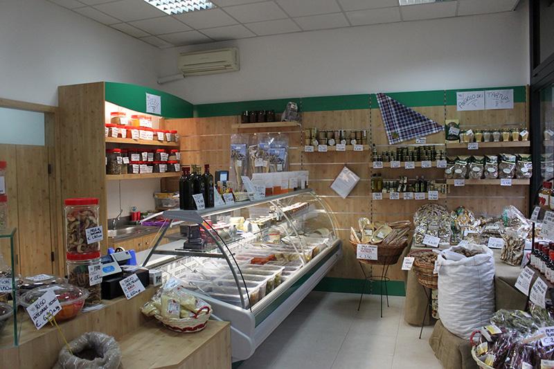 Arredamento negozio alimentare arredo fungaio milano for Scaffali legno arredamento